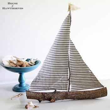 Rusztikus vitorlás hajó faágakból és anyagmaradékból