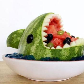 Cápás nyári gyümölcs kínáló tál dinnyéből