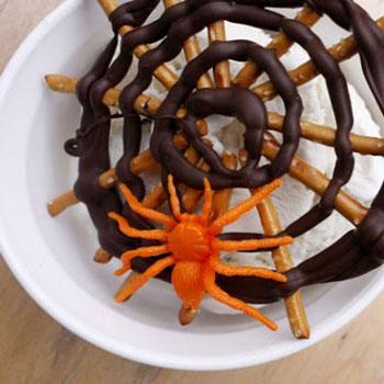 Pókhálós Halloween édességek ropiból csokival egyszerűen