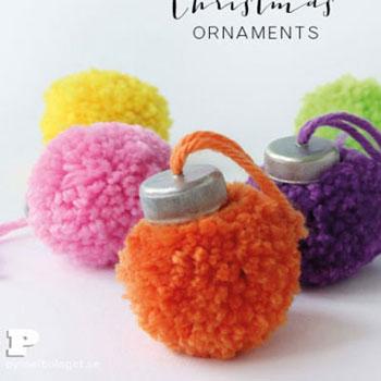 Gömb alakú karácsonyfadíszek pomponokból műanyag kupakkal