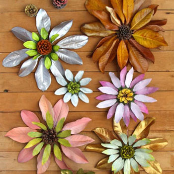 Gyönyörű őszi virágok falevélből és tobozból