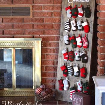 Adventi kalendárium miniatűr horgolt Mikulás zoknikkal