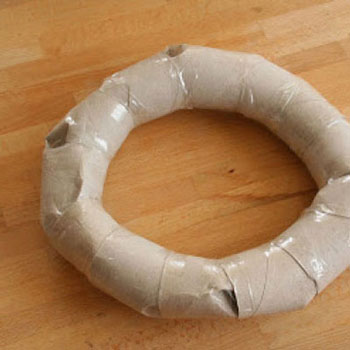 Inexpensive wreath base with toilet paper rolls - recycling