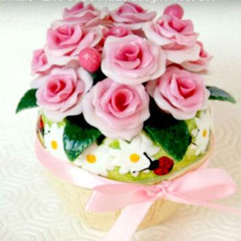 Gyönyörű hideg porcelán rózsa csokor kaspóban házilag