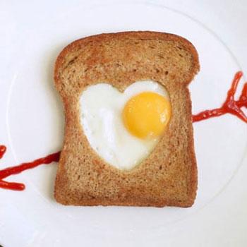 Pirítós középen tükörtojás szívvel - romantikus reggeli egyszerűen