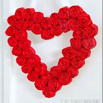 Szív alakú Valentin napi (vagy esküvői) koszorú papír rózsákkal