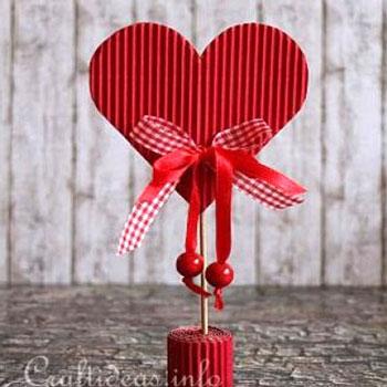 Valentin napi szívecskés dekoráció hullámkartonból