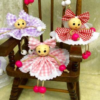 Bogyó babák - vidám textil kislányok fa gyöngyökből