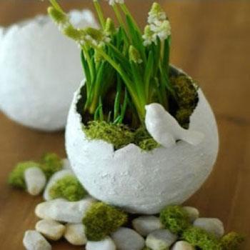 Vintage tavaszi dekoráció papírmasé tojással és élő virágokkal