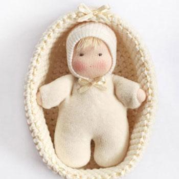 Puha textil Waldorf baba horgolt kosárral (szabásmintával)