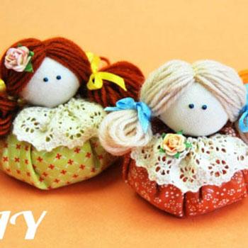 Egyszerű textil babák fonal hajjal - kézzel készített játék