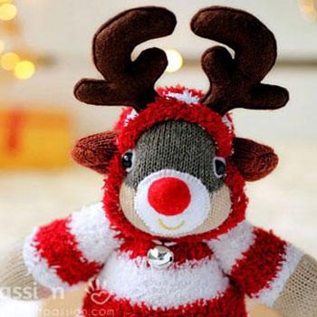Rudolf rénszarvas zokniból kapucnis pulóverben