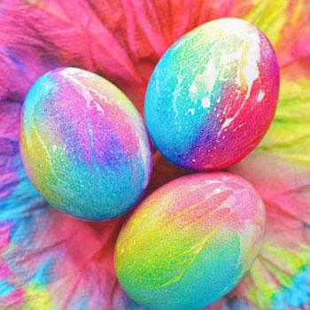 Különleges húsvéti tojás festés ételfestékkel és papírtörlővel