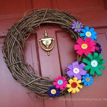 Egyszerű tavaszi koszorú gombos filc virágokkal - tavaszi dekoráció