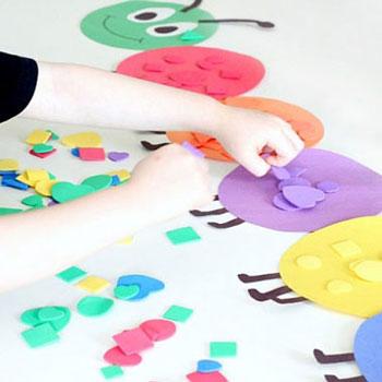Szín és forma tanító hernyó papírból és dekorgumiból gyerekeknek