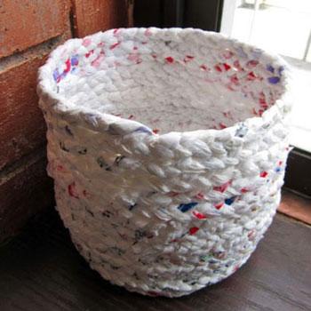 Fonott kosár műanyag zacskókból - kreatív újrahasznosítás