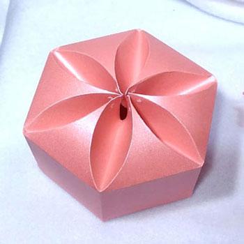 Gyönyörű virágos hatszögletű ajándékdoboz egyszerűen