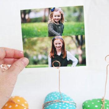 Asztali fényképtartó kavicsból és drótból egyszerűen