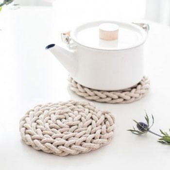 Ujjal kötött tányéralátét - konyhai kiegészítő skandináv stílusban