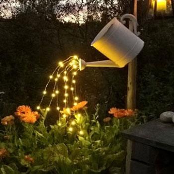 Locsolókanna tündér fényfüzérrel - kerti dekoráció