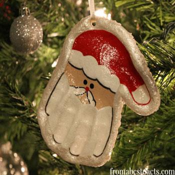 Mikulásos karácsonyfadísz só-liszt gyurmából kézlenyomattal