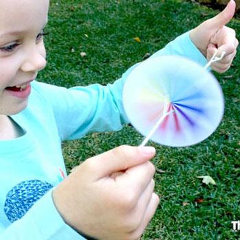 Egyszerű korong pörgettyűk kartonpapírból - ötlet gyerekeknek
