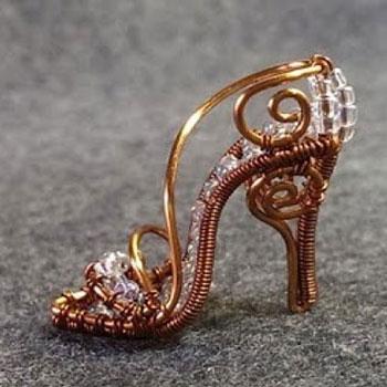 Különleges cipő medál gyöngyből és drótból (drótékszer)