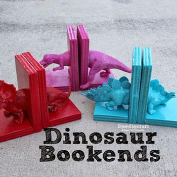 Dinoszauruszos könyvtámasz műanyag figurákból