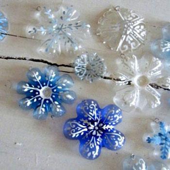 Hópehely formájú karácsonyfadíszek műanyag (PET) palackokból