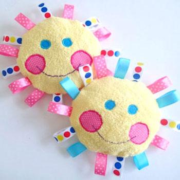 Címke napocska - puha babajáték szalagokkal (szabásminta)