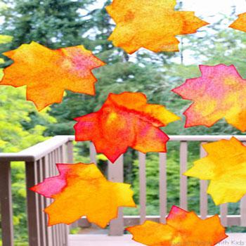 Faleveles őszi ablakdekoráció áztatós festéssel filterpapírból