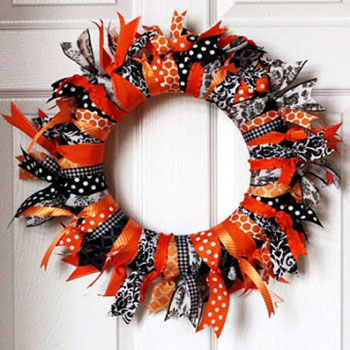 Easy DIY Halloween wreath with ribbons