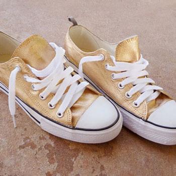 Arany színű tornacipők akrilfestékkel egyszerűen
