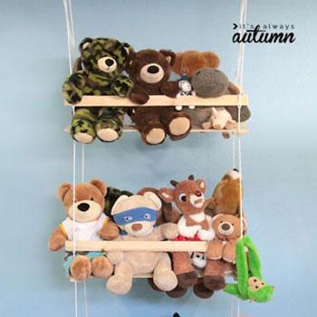 Plüssállat hinta fából - kreatív játéktárolás gyerekszobába