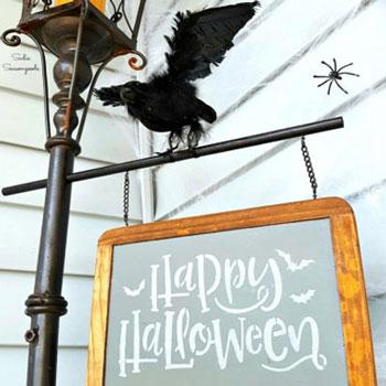 Halloween dekoráció lámpaoszlopból írható krétatáblával