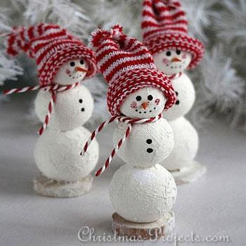 Aranyos hóemberek hungarocell gömbökből zokni sapkával