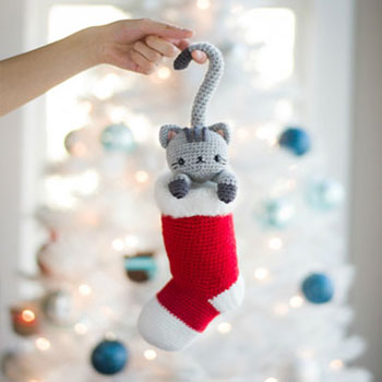Kawaii crochet Christmas cat in stocking (free amigurumi pattern)
