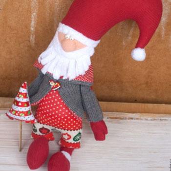 Mikulás plüss karácsonyfával (ingyenes szabásminta és útmutató)