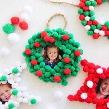 Egyszerű fényképes karácsonyfadísz koszorú mini pomponokkal