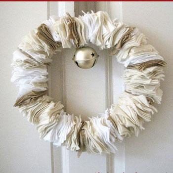 Fehér textil ( filc ) koszorú csengővel egyszerűen