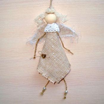 Egyszerű rusztikus karácsonyfadísz angyalka juta anyagból