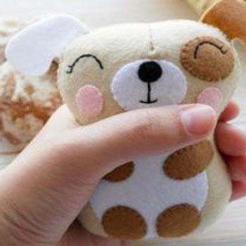 Aranyos kicsi filc kutya figura (ingyenes szabásminta)