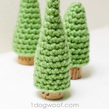 Mini amigurumi fenyőfa parafadugó törzzsel (ingyenes horgolásminta)