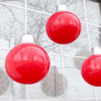Óriás kültéri karácsonyfadísz gömb labdákból egyszerűen