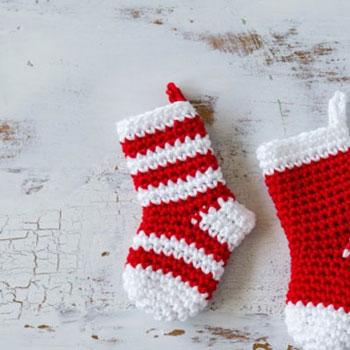 Mini horgolt karácsonyi ajándék zoknik (karácsonyfadíszek)