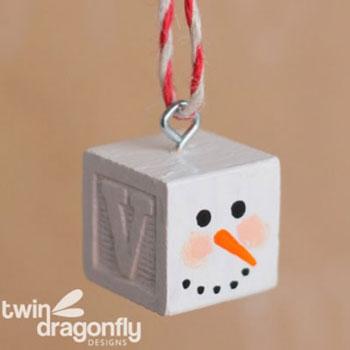 Egyszerű fakocka hóember karácsonyfadísz játékkockákból