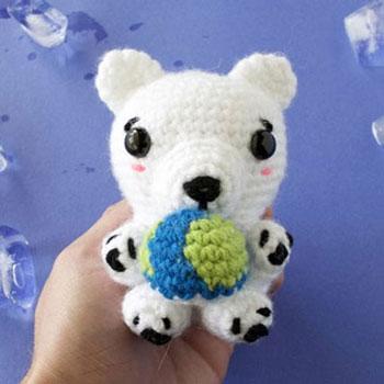 Amigurumi jegesmedve földgömbbel (ingyenes horgolásminta)