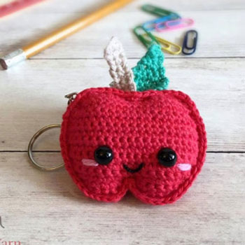 Little kawaii crochet apple keychain (free pattern)