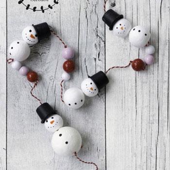 Egyszerű hóember füzér fa gyöngyökből - téli dekoráció
