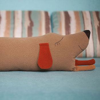 Aranyos fekvő kutya párna plüss - ingyenes szabásminta